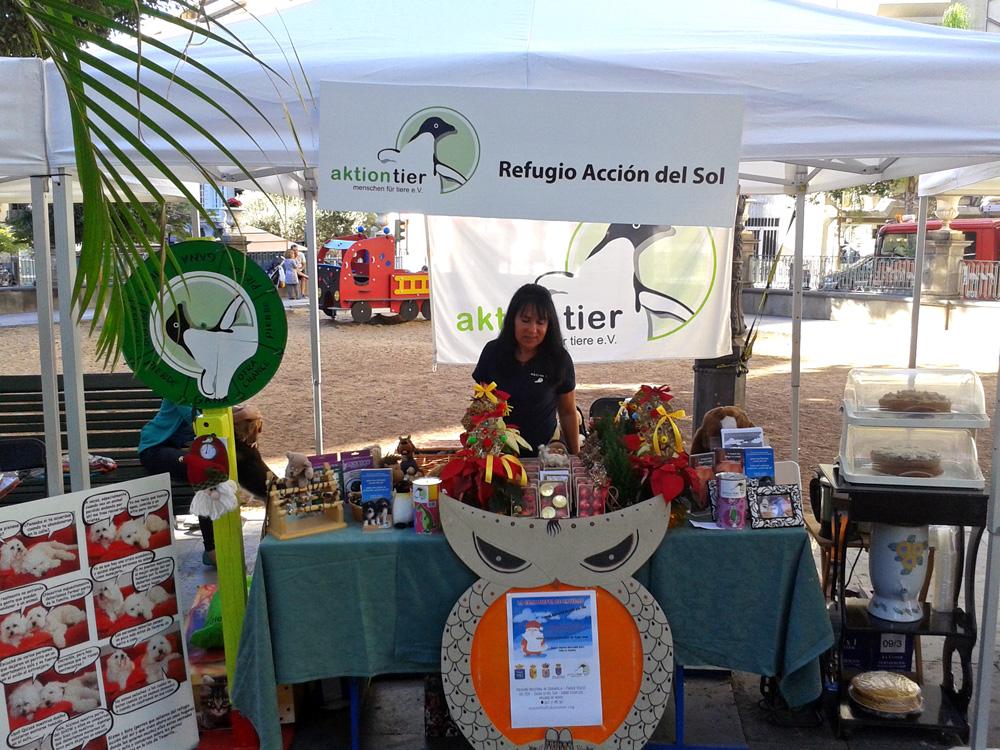 Tierheimleiterin Marion Gonzalez an einem aktion tier-Informationsstand