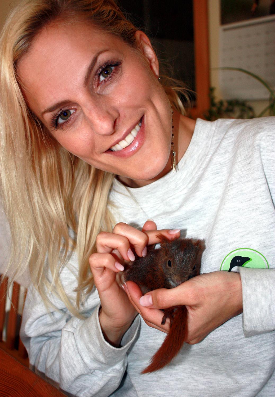 Sängerin Sandy Mölling mit einem kleinen Findling bei ihrem Praktikum bei der aktion tier Eichhörnchenhilfe.