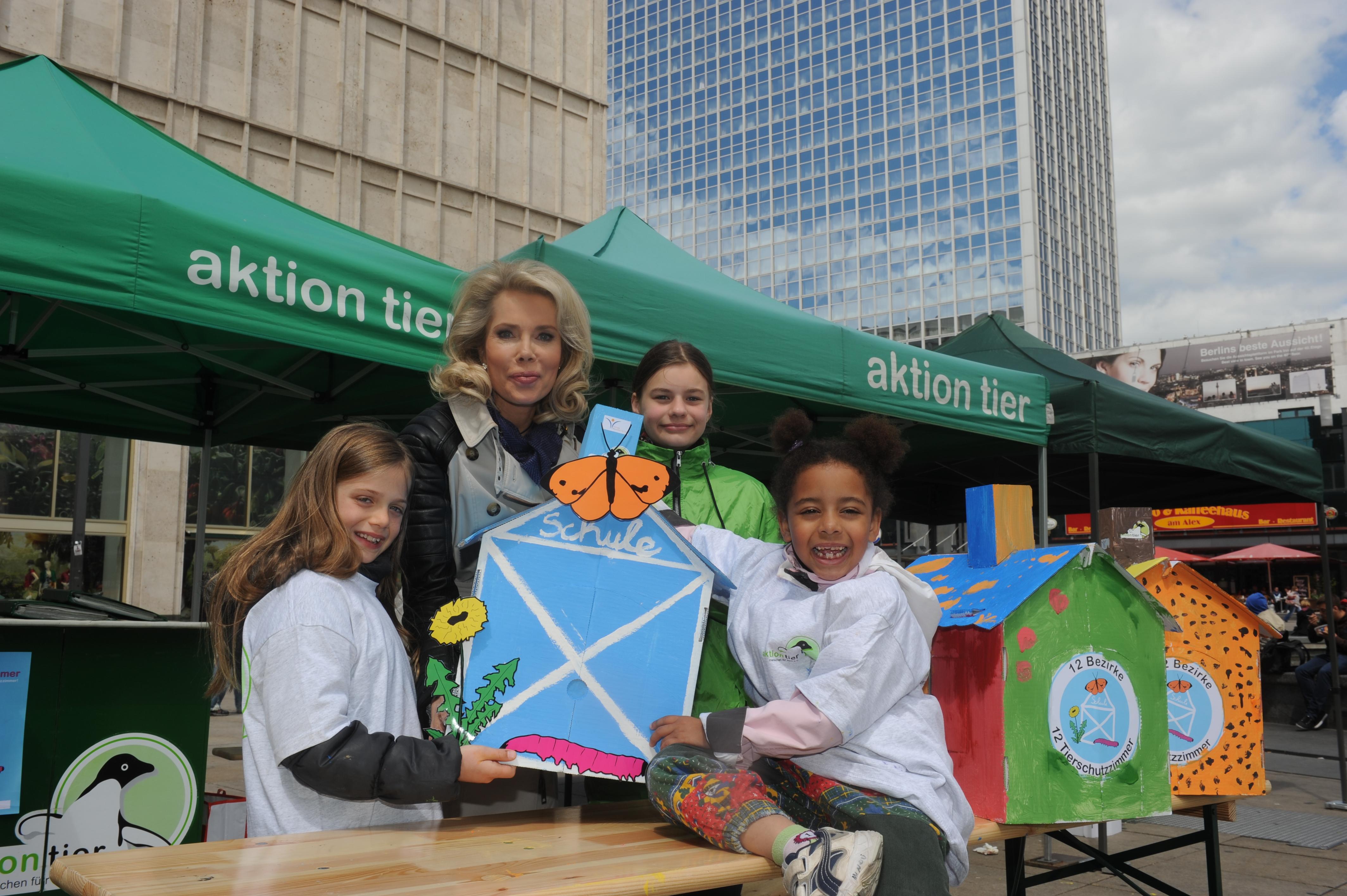 Gabriele Prinzessin zu Leiningen mit Kindern bei der aktion tier Kampagneneröffnung