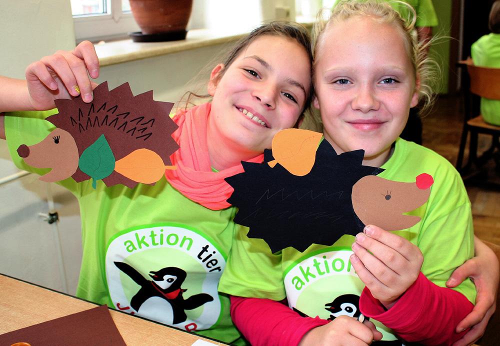 Kinder des Tierschutzzimmers Meissen mit selbstgebastelten Igeln: Heute ging es um das Thema Igelschutz.