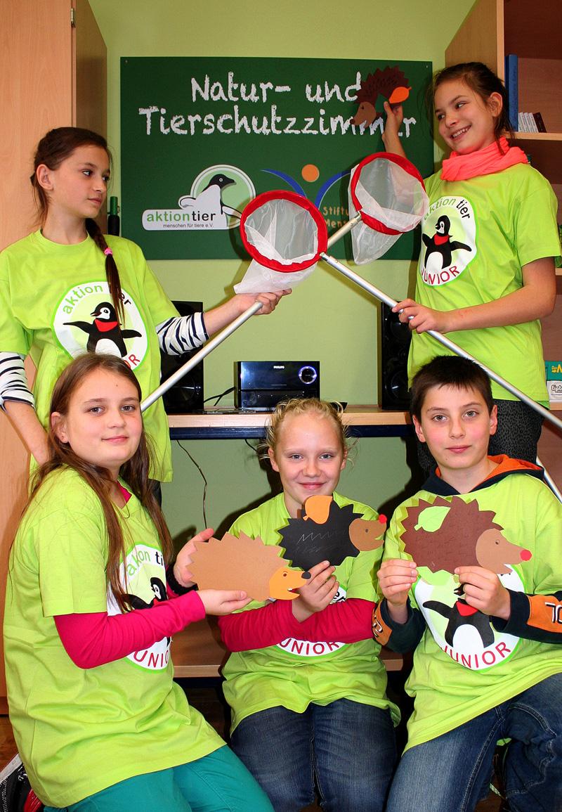 Kinder im Tierschutzzimmer der Triebischtalschule in Meissen (Sachsen)