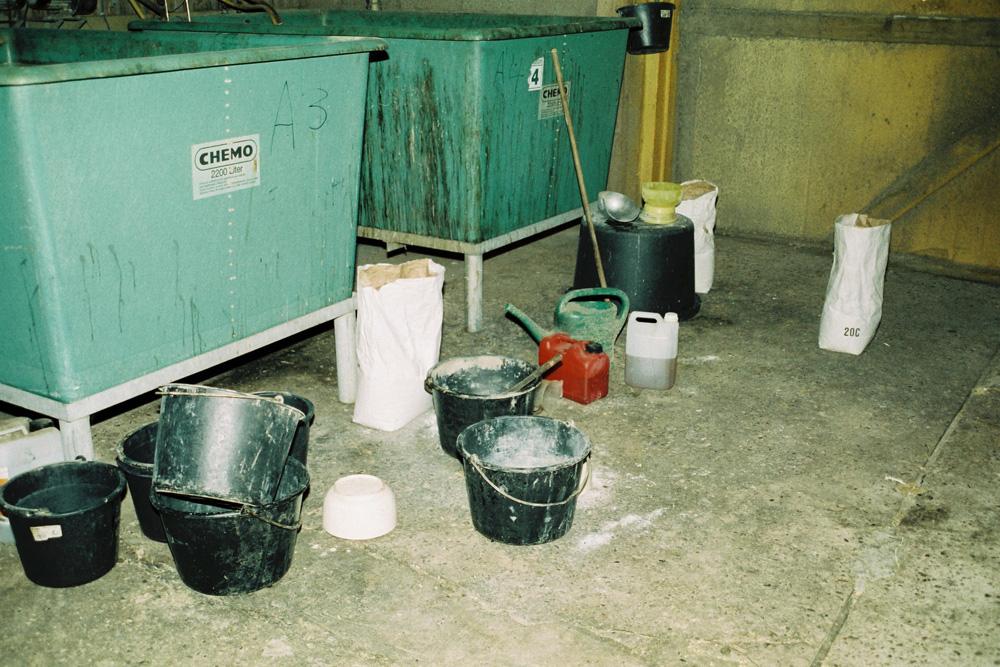 Dieses Foto ist nicht in der Küche eines Drogendealers entstanden, sondern in einer Putenmast, der Mäster mixte sich jahrelang selbst die Medikamente zusammen. Nachdem der Mäster angezeigt wurde, ist die Mastanlage nun geschlossen.